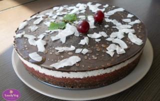 Meggyes-kókuszos-csokis nyers vegán torta