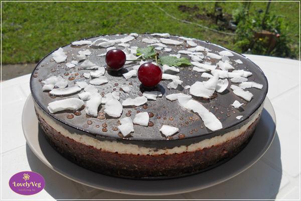 meggyes-kükuszos-csokis nyers vegán torta